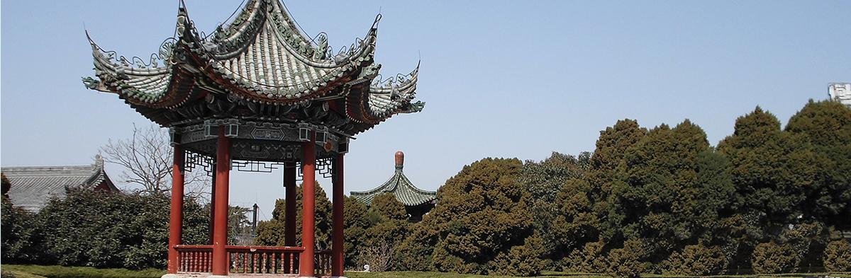 结构分木结构,钢木结构,水泥结构及竹木结构几大类,装饰风格为仿古园林式,中式,欧式,可量身定制,可工厂生产,现场拼装,现场预制。